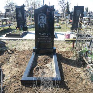 Памятник из гранита с крестом  установлен на могилу в сл. Требухов вКиевской обл. № 109