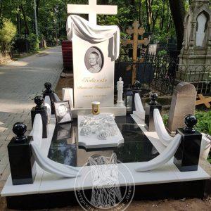 Мраморный памятник с крестом и розами  №189
