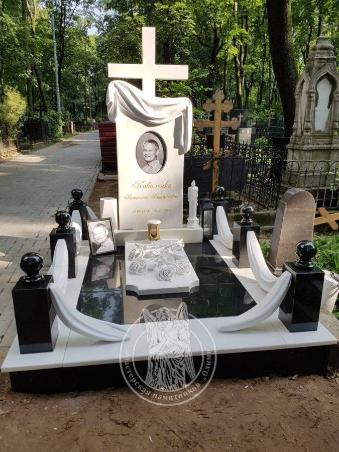 Мраморный памятник с крестом и розами