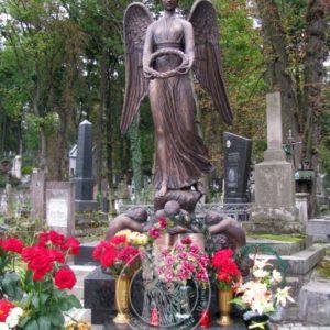 Ангел бронзовый с венком в руках №4