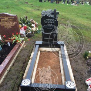 Памятник  Сердце с розами и крестом в г. Лондон№ 30