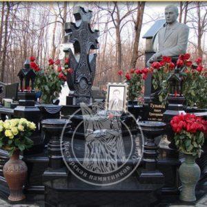 Памятник со скульптурой Армянину из гранита № 27