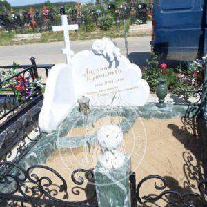 Детский памятник из мрамора с ангелочком и облаками №205 Цену:Уточняйте!