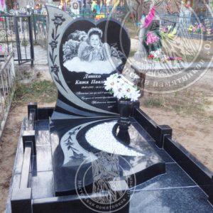 Памятник для ребенка в виде сердца с цветами № 199 Цена: Уточняйте!
