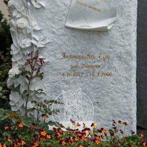 Мраморный памятник с  розами в диком камне в (Германии)    № 178